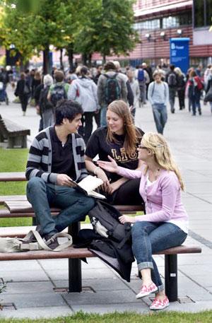 studenter diskuterar
