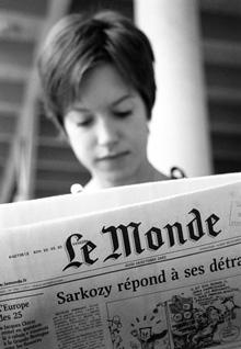 Student som läser den franska tidningen Le Monde