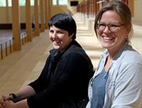Ulrika Eriksson och Charlotte Lundgren i ridhuset