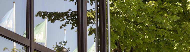 Spegling av LiU-flaggorna i B-husets fasad